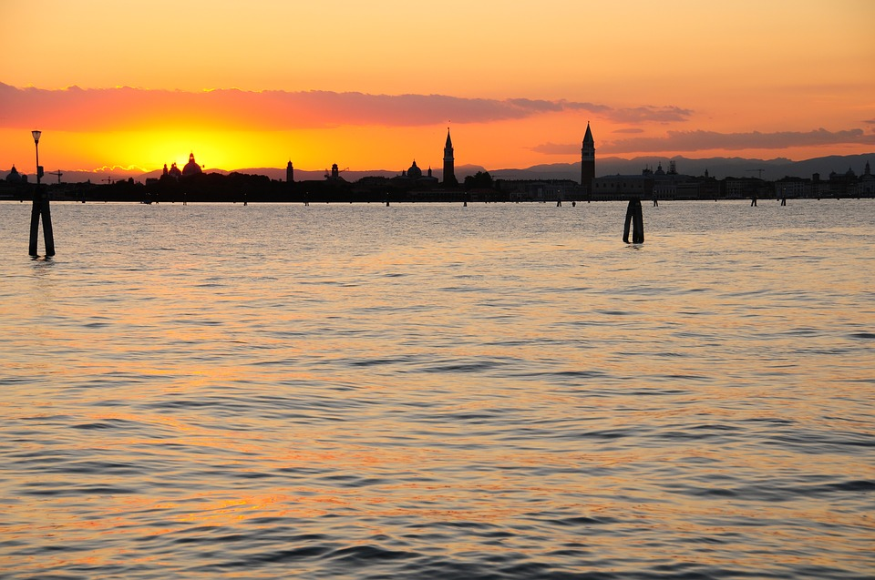 Sunset in Venice: the best places to watch it on a kayak